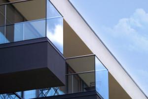 Które przepisy dotyczą balustrad szklanych i czy muszą one posiadać DWU?