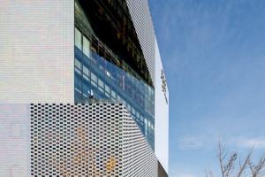 Perłowa fasada, która wskazuje drogę. Niezwykle centrum handlowe szkicu MVRDV