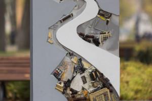 Portale w centrum uzdrowiska. W Busku Zdroju stanęły prace Bartka Kokosińskiego