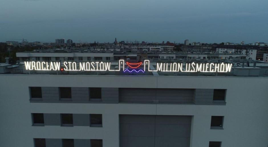 Wrocław z neonem wywołującym uśmiech