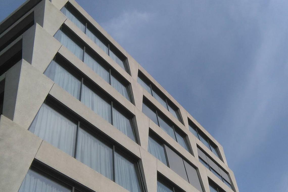 Postindustrialny i brutalistyczny. Hotel Vienna House szkicu JEMS Architekci otworzył podwoje