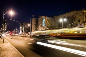 Centrum Łodzi z neonową instalacją autorstwa Supergut Studio