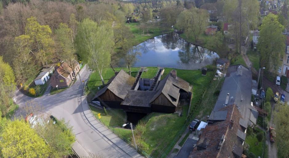 Wymieniają prawdopodobnie największy dach gontowy w Gdańsku