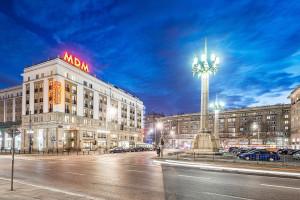 Kultowy Hotel MDM na nowo. Neony zamiast reklam na placu Konstytucji