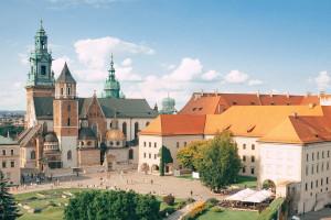 Tkaniny zdobiące ściany Archiwum Krakowskiej Kapituły Katedralnej odnowione
