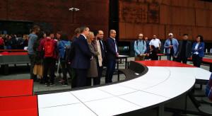 Okrągły stół przed Europejskim Centrum Solidarności. To projekt Studia 1:1