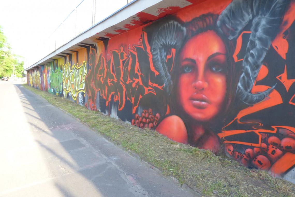 """Imponujące graffiti z motywem """"wolność"""" tuż przy centrum handlowym"""