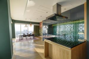 Wysmakowany design i nietuzinkowe kolory butelkowej zieleni oraz zgaszonego bordo. Oto kolejny apartament pokazowy w Złotej 44