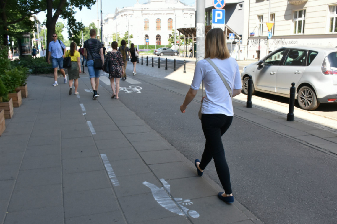 W Warszawie powstała specjalna ścieżka dla... piszących na smartfonach