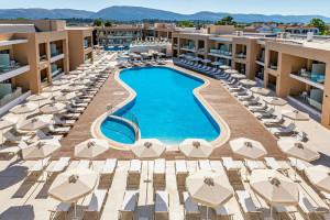 Oto pierwszy pięciogwiazdkowy hotel marki Rainbow w Grecji. Tsolakis Architects zabrali gości w podróż pełną słońca