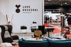 Salon pełen nowoczesnego wzornictwa i klasyków designu