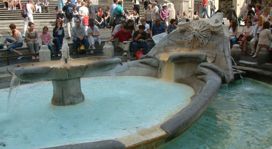 Zakaz siadania na Schodach Hiszpańskich w Rzymie skrupulatnie egzekwowany