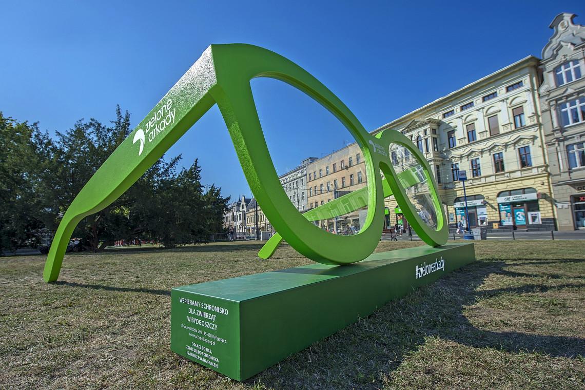 Wielkie zielone figury na ulicach Bydgoszczy