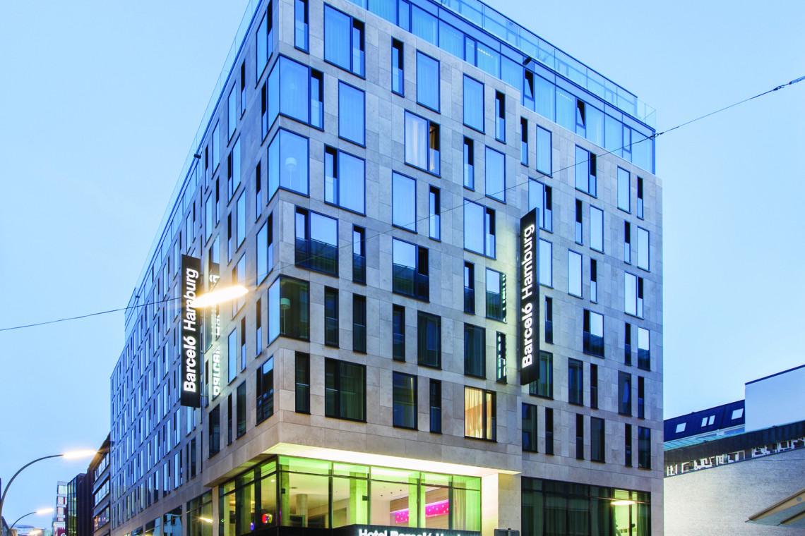 Szklane fasady nowoczesnych wieżowców