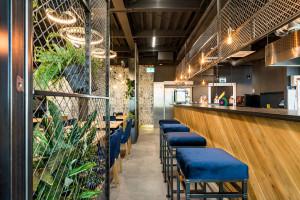 Miks kolorów, tekstur i faktur w nowej restauracji autorstwa Q2Studio