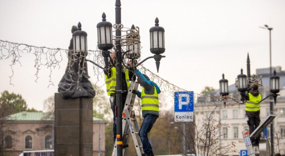 Warszawa rozpoczęła montaż iluminacji świątecznej. Czym zaskoczy w tym roku?