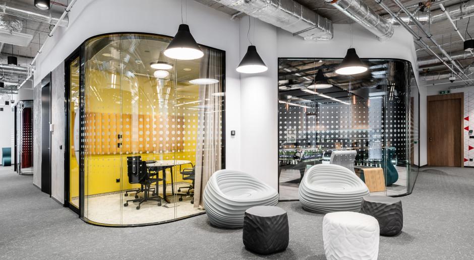 Biuro z kolorów i szkła. Zaglądamy do biura firmy Santander Bank Polska