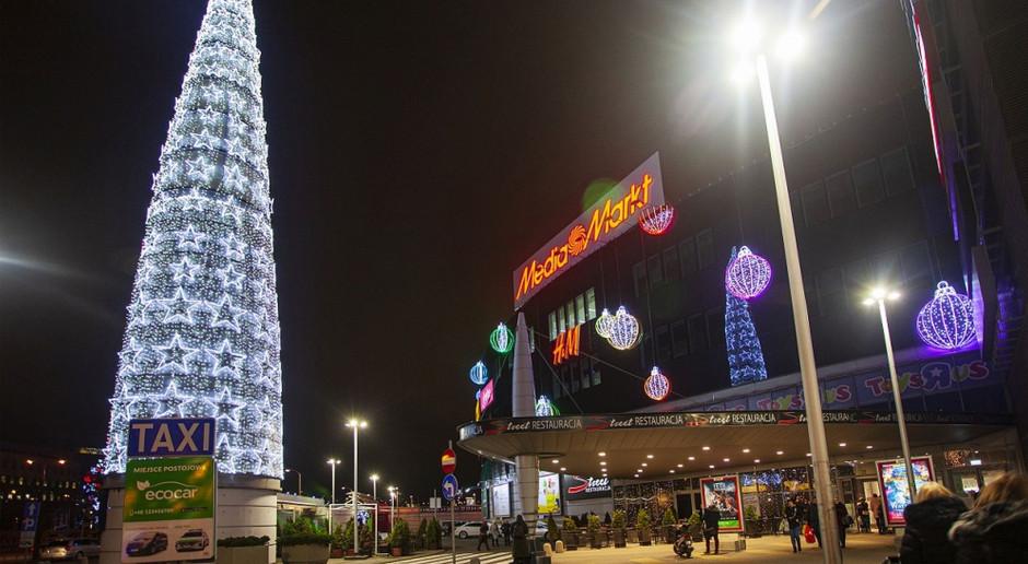 To prawdopodobnie najwyższa choinka przed centrum handlowym w Polsce