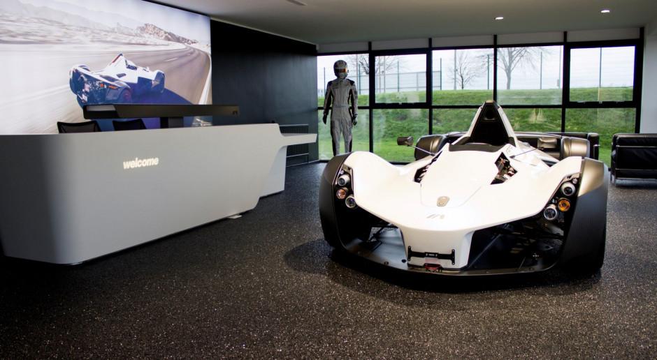 Jak atrakcyjnie wyeksponować auta, czyli co na podłogę w salonie samochodowym?