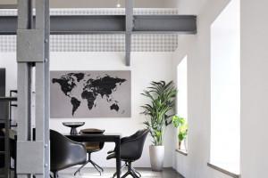 Skandynawski design w industrialnym otoczeniu. Zobacz wnętrza niezwykłego biura