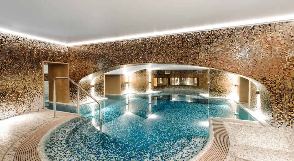 To jeden z najbardziej unikatowych basenów hotelowych w Polsce. Zaglądamy do Raffles Spa