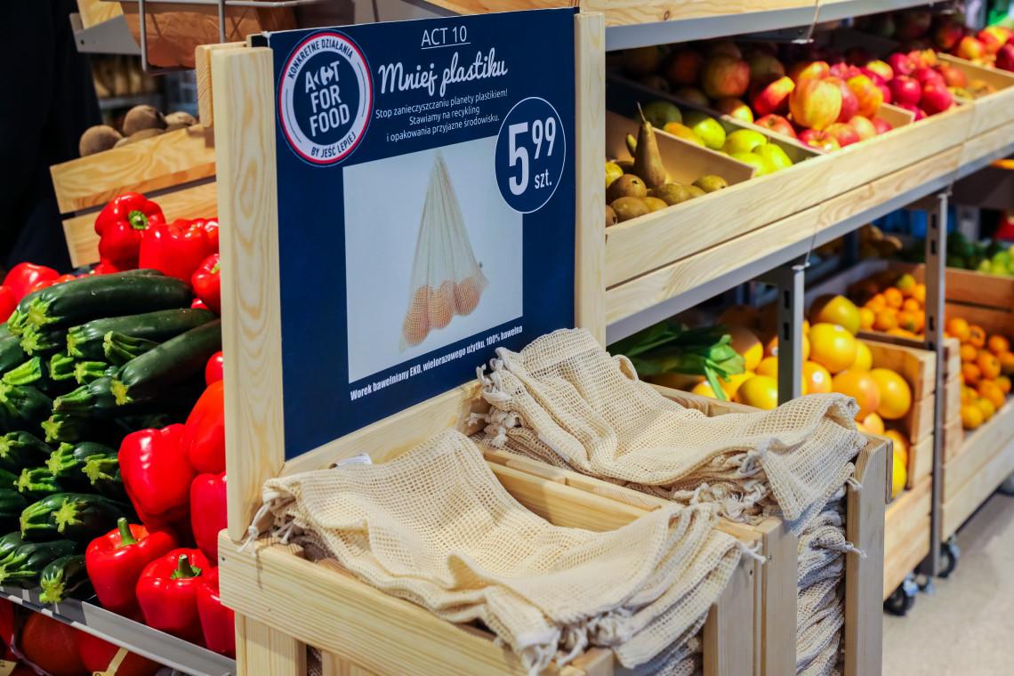 Woreczki bawełniane zamiast plastikowych? Duża sieć sklepów chce redukować plastik