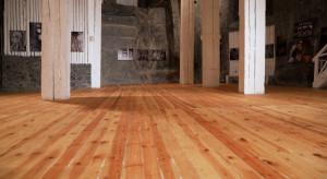 Drewniane podłogi w Wieliczce jak nowe