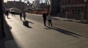 Remont Długiego Targu: GZDiZ przedstawia propozycje nawierzchni