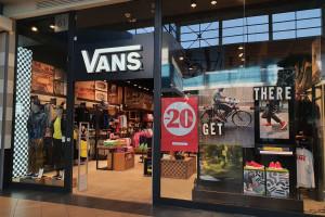 Największy salon Vans już otwarty. Nowy koncept jest pełen drewna i metalu
