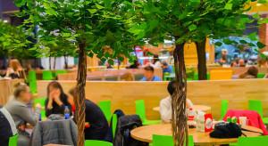 Nowoczesny design i zieleń. Oto odmieniony food court w elbląskich Ogrodach