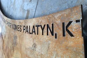 Najstarszy znak drogowy w Polsce zyskał nowe otoczenie. To projekt Prosto Architekci