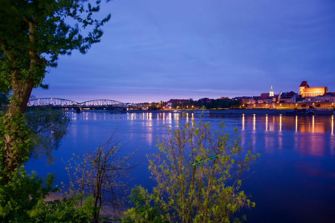 Z tego mostu roztacza się malowniczy widok na panoramę Torunia. Aż sześć firm chce go przebudować