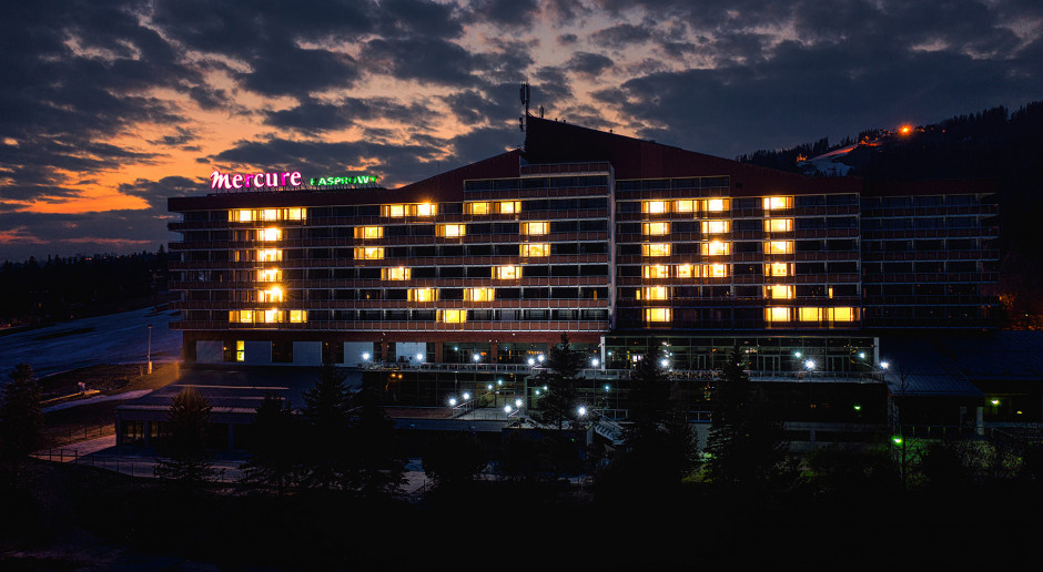 Mercure Kasprowy z wyjątkowym napisem z rozświetlonych okien