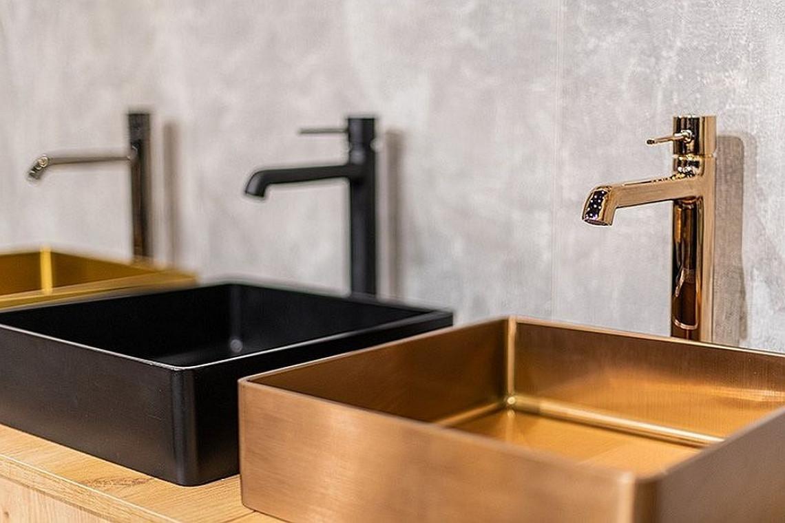 Czerń i różowe złoto w aranżacji łazienki