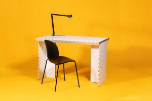 #StayTheFHome - wymowny apel duńskiego start-upu w formie tekturowego biurka