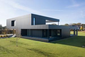 Architekci z Medusa Group zaprojektowali czarny dom w Gliwicach