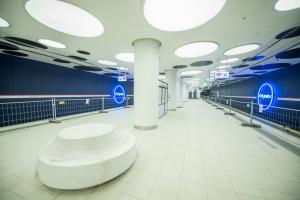Tak wyglądają nowe stacje metra w Warszawie. Mienią się neonami