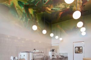 Klienci tej kawiarni podziwiać mogą niezwykły trójwymiarowy sufit