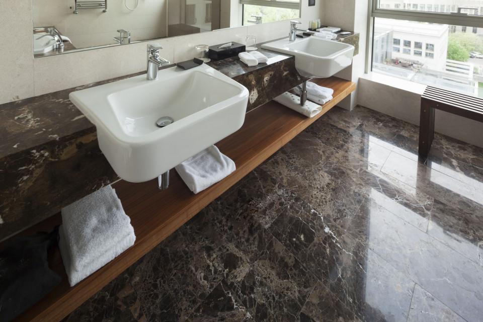 Marmur coraz częstszym motywem przewodnim w aranżacji łazienki