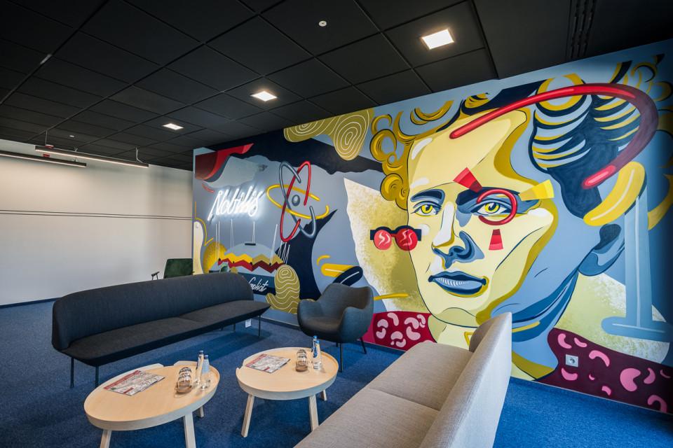 Curie-Skłodowska i namiot Goliat bohaterami muralu w CitySpace Nobilis