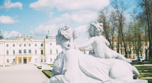 Ogród Branickich w Białymstoku z nowymi donicami w biało-czerwone pasy