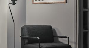 Fotel i sofa projektu Piotra Kuchcińskiego. Wyróżnikiem: metalowy stelaż i skórzane elementy na podłokietnikach