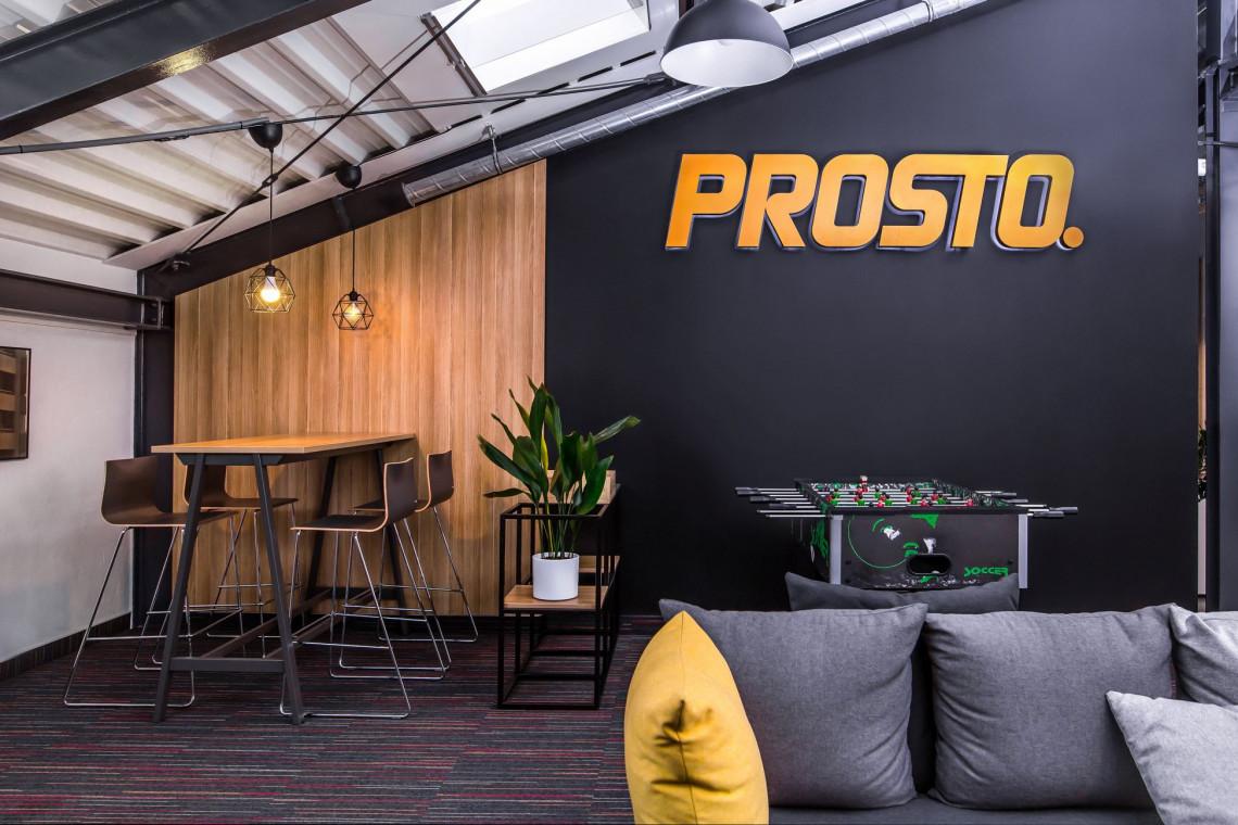 Kultowa marka ma nową siedzibę. Zaglądamy do biura Prosto w Warszawie