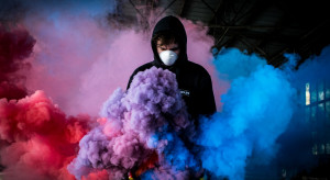 Artysta street-artowy Banksy zachęca do zakładania maseczek