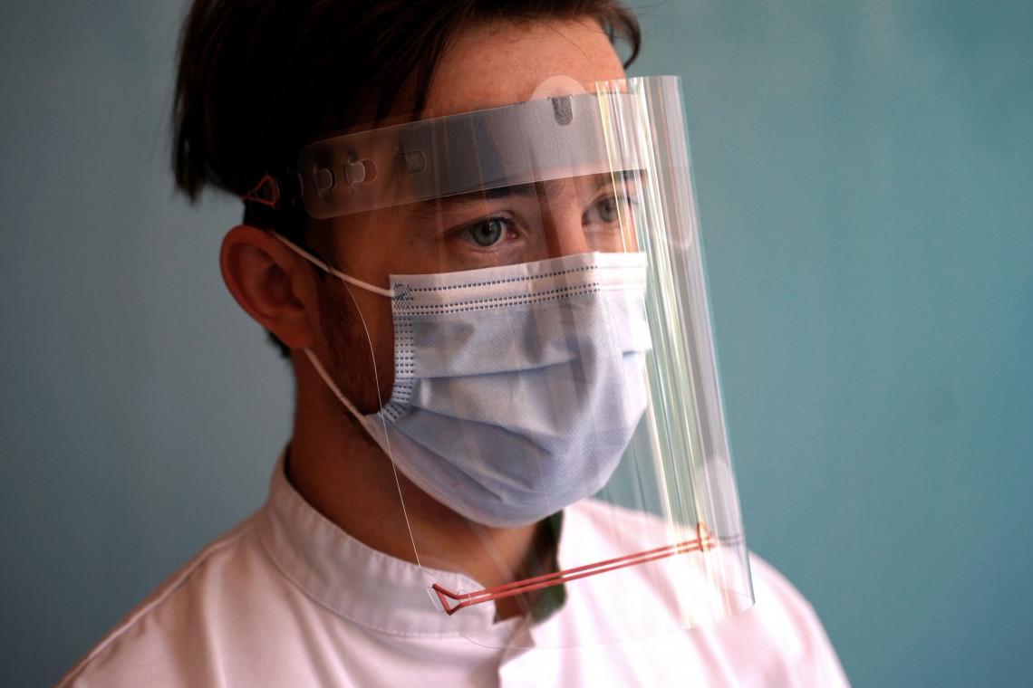 Nowe, nietypowe zastosowanie pianki. Pomaga chronić się przed koronawirusem w przyłbicach