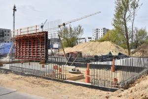 Trwa budowa nowej szkoły w Warszawie. Pandemia nie przeszkodziła inwestycji