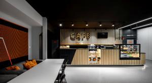 Gra kontrastów, street art i zabawa światłem. To projekt kawiarni w parku trampolin