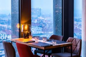MUS bar&view w Poznaniu oferuje piękne widoki i piękne wnętrza. Za projektem stoją Easst Architects