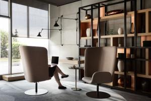 Tomek Rygalik z dystansem. Zaprojektował fotel, który sprawdzi się w nowej rzeczywistości