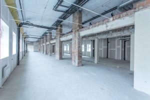 Industrialne biura w Wola Retro. Mocno surowa przestrzeń w oryginalnym kształcie